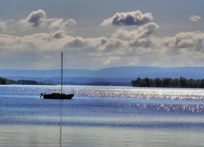 isle la motte Situated on the shores of lake champlain on historic isle la motte, this vermont bed and breakfast, the ruthcliffe lodge, commands a panoramic view of the.